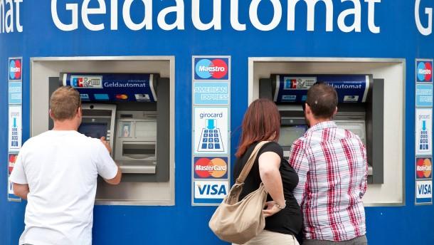 Vier Euro für Bargeld am Bankautomaten