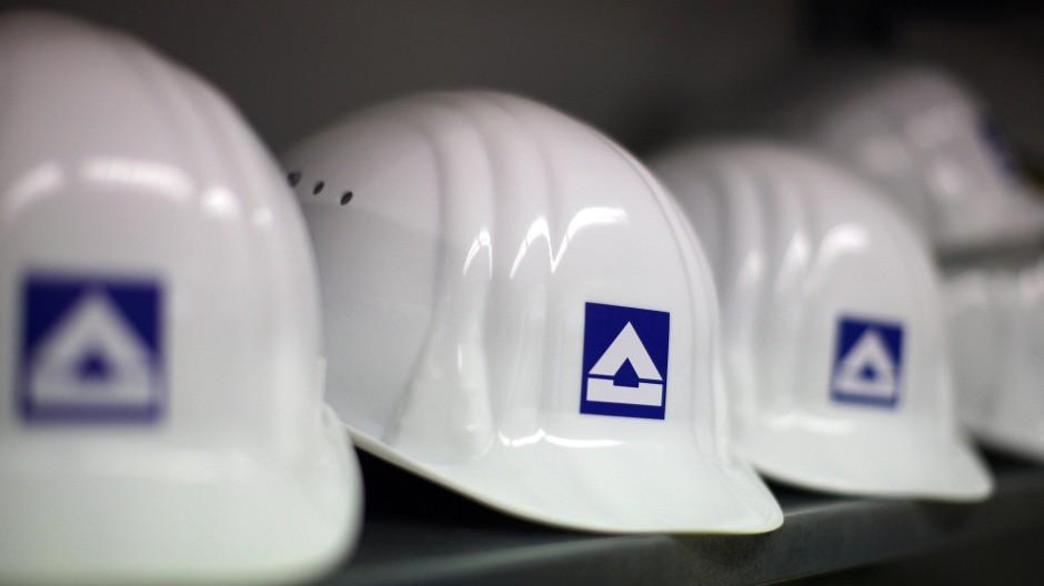 Schwankende Kurse: Helme für Hochtief-Mitarbeiter auf einer Baustelle
