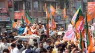 Trubel um den Kandidaten: Narendra Modi grüßt seine Anhänger auf einer Wahlkampfveranstaltung