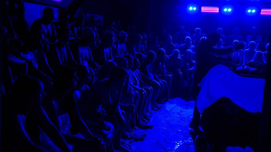 Zahlreiche Gäste verfolgen in Bad Staffelstein den Auftritt des Aufgießers Farid Atai.