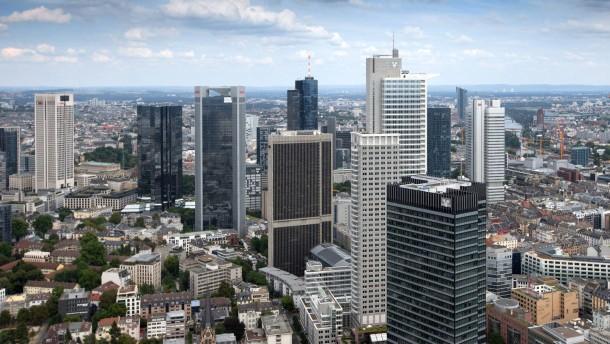 Entwicklung Europaviertel - Rund um das Skyline Plaza in Frankfurt deuten sich mehrere Hochhaus-Projekte an. Zwei liegen links und rechts des Kongresszentrums, drei weitere auf dem Telenorma-Grundstück (Parkplatz am Güterplatz).