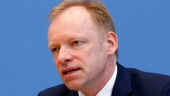 Ifo-Präsident Clemens Fuest sieht die EZB nicht als Hauptursache der niedrigen Zinsen. Er meint aber, sie habe eine verstärkende Wirkung.
