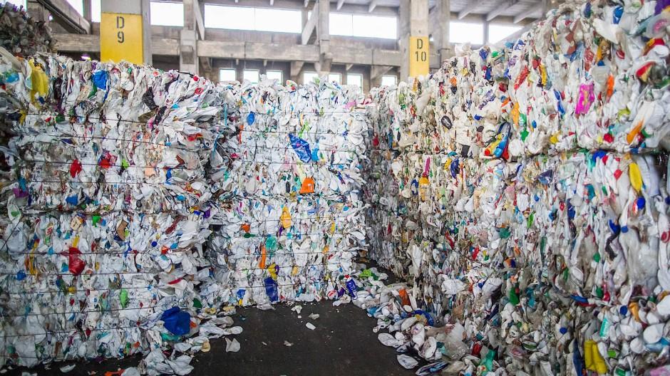 Plastikabfälle in einem Lager der Recyclingfirma Remondis