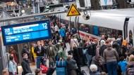 Bahnreisende könnten künftig deutlich höhere Entschädigungen bei Zugverspätungen kassieren.