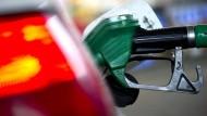 Tanken kommt die Verbraucher so teuer wie seit drei Jahren nicht.