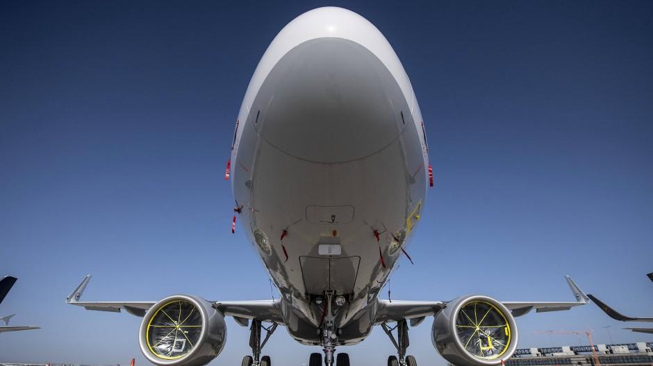 Passagiermaschine der Lufthansa: Das Unternehmen wehrt sich gegen die Krise und darf die Nase wieder etwas höher tragen.