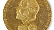 Im Jahr 1974 bekam der österreichische Ökonom die goldene Medaille zum Alfred-Nobel-Gedächtnispreis für Wirtschaftswissenschaften verliehen.