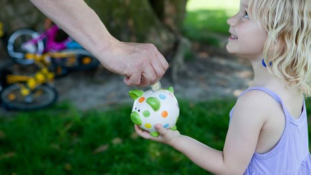 Mehrheit schaut zufrieden aufs Bankkonto