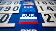 Russische Zentralbank lässt angeschlagenen Rubel frei handeln