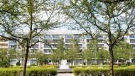 Immer mehr Mieter in Lohn und Brot zieht es in Wohnblöcke am Stadtrand wie nach Berlin Hellersdorf.