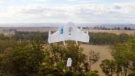 Die Drohnen von Google lassen Pakete an einem Seil herunter.