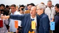 Der eine designt, der andere taktiert mit den Aktien: Apple-Vorstandschef Tim Cook (rechts) mit Chef-Designer Jonatahn Ive (links).