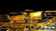 Barren bleibt gefragt - aber aus Wertpapieren auf Gold gehen viele Investoren raus.