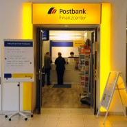 Wer in eine Filiale der Postbank geht, wird kaum seinen Kontoauszug von der Sparkasse verlangen – in der neuen App wird das nun möglich.