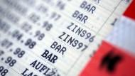 Girokonten und Spareinlagen: Kaum noch Zinsen, dafür steigende Gebühren