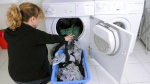 Noch immer putzen Frauen daheim häufiger