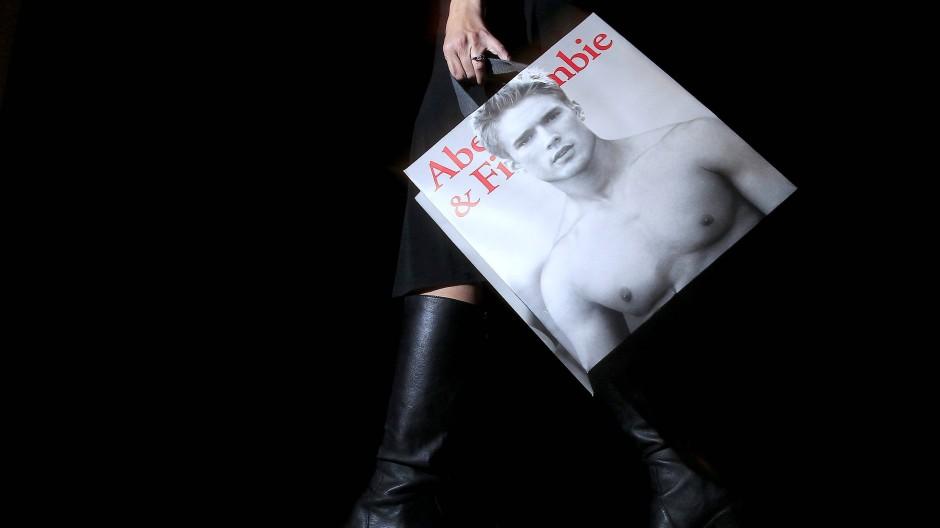 Tüte des amerikanischen Bekleidungsgeschäft Abercrombie & Fitch: Werbung mit nackten Männern