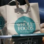 Eine Tüte von Whole Foods: Die geplante Übernahme des Ökolebensmittelhändlers wird offenbar immer teurer.