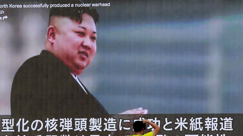 Nordkoreas Diktator Kim Jong Un auf einer Großleinwand in Tokio