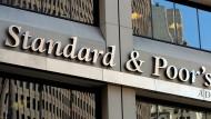 """Standart&Poor's stufte klassische Anleihen der Deutschen Bank auf """"BBB-"""" herab. Damit sind die Anleihen gerade noch investitionswürdig."""