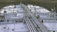 Voll betankt warten derzeit mehrere Tanker auf einen steigenden Ölpreis.