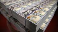 Frisch gedruckte 100-Dollar-Scheine mit dem Konterfei von Benjamin Franklin.