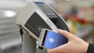 Kontaktloses Zahlen: Einfach das Smartphone ans Gerät halten, schon ist der Einkauf abgerechnet.