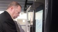 Innogy-Chef Peter Terium testet einen smarten Kühlschrank.