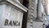 Blick auf den Eingang einer Filiale des italienischen Geldhauses Unicredit.