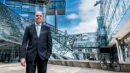 Der Vorstandsvorsitzende der NordLB, Thomas Bürkle, vor dem Firmensitz in Hannover.