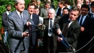 Weg damit: 1989 zerschneiden der österreichische und der ungarische Außenminister den Zaun in Ödenburg.