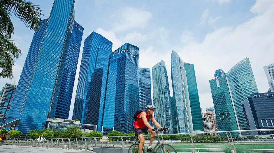 Radfahrer vor dem Finanzzentrum in Singapur: Marina Bay