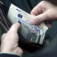 Bargeld: Vor allem jüngere Deutsche nehmen davon meist zu viel mit in den Urlaub – mit der Gefahr bestohlen zu werden.