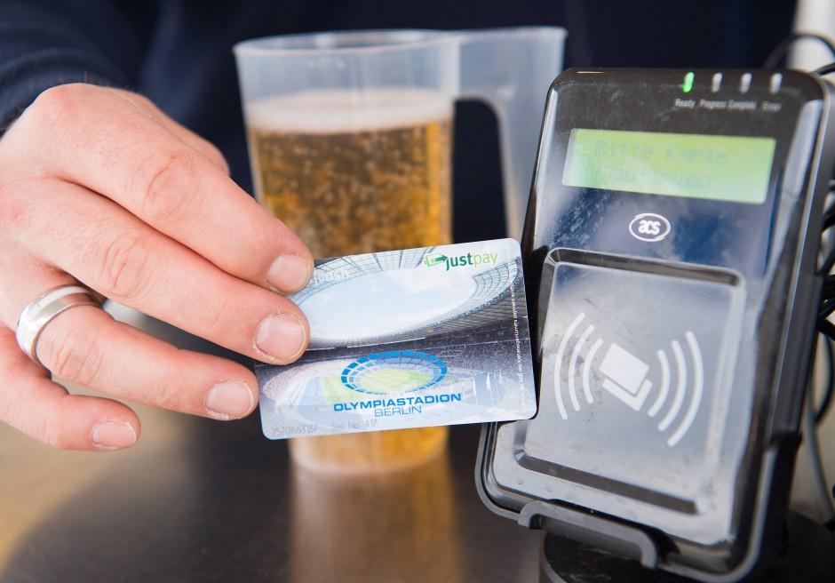 Auch im Berliner Olympiastadion gibt's das Stadionbier nur mit einer Bezahlkarte.