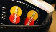 Besondere Attraktion: Prepaid-Kreditkarten mit der Jugendliche im Internet oder auf einer Auslandsreise zahlen können, ohne die Möglichkeit zu haben, völlig unkontrolliert Geld auszugeben.