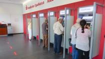 Kunden in einer Frankfurter Sparkasse: Nicht mehr alle können bald den automatischen Service nutzen.