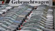 Ladenhüter: Nicht selten vergeht ein ganzes Jahr, bis ein Gebrauchtwagen verkauft wird.