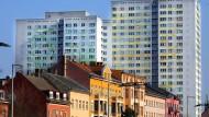 Historischer Altbau oder doch die Hochhauswohnung? Was sich die Deutschen leisten können, hängt nicht nur von der Region ab, sondern kann auch je nach Stadtviertel stark variieren.