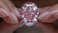 """Schön, aber den Preis wirklich wert? Für 71,2 Millionen Dollar konnte der """"Pink Star"""" Diamant bei einer Auktion in Hong Kong ersteigert werden."""