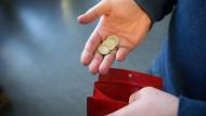 Das Geld, das es bei Dividendenauszahlungen gibt, lieber ausgeben, sparen oder wieder anlegen?