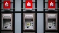 Erste Sparkassenkunden zahlen fürs Geldabheben
