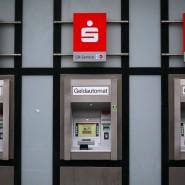 Bis zu ein Euro pro Abhebung: Einige Sparkassen verlangen bereits bei der ersten Abhebung Gebühr.