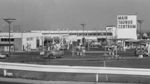 Einer der ersten geschlossenen Immobilienfonds: Das Main-Taunus-Zentrum bei Frankfurt am Mai 1964