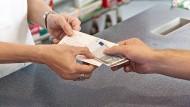 Ob und wie viel Versicherungen an ihre Kunden zurückzahlen, liegt vor allem daran, wie die Bilanzen ausfallen. Vor allem Kunden, die über das Jahr hinweg keine Leistungen in Anspruch genommen haben, profitieren davon.