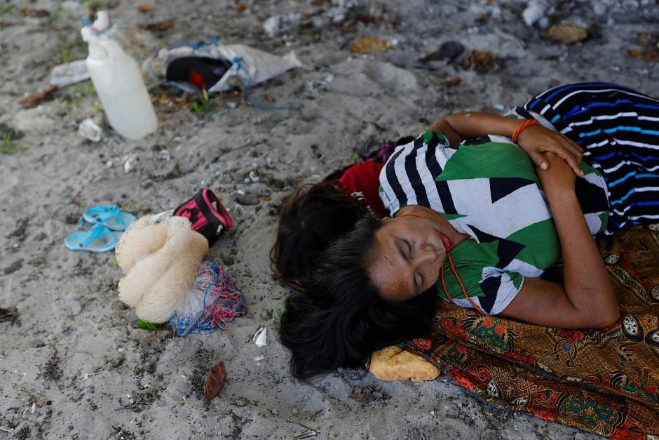 Kalara Ata Jenji und ihre Enkeltochter schlafen am Strand, während ihr Mann, Mdelu Ndaha fischen ist.