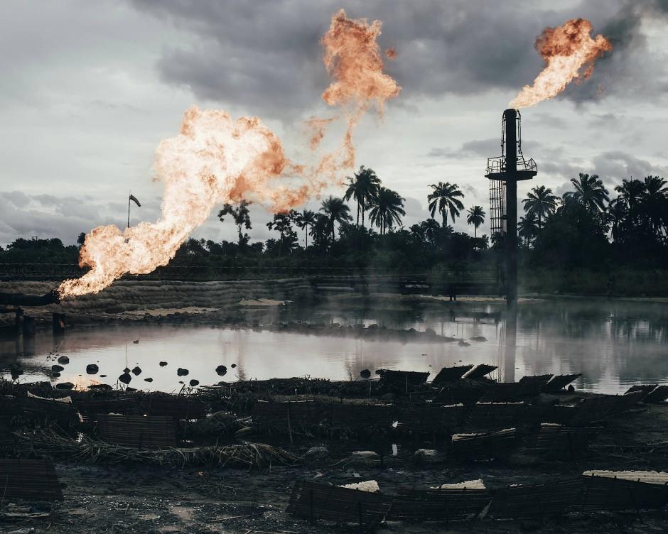 Mit seinen Bildern weist der deutsche Fotograf Robin Hinsch auf die ökologische Krise sowie die verheerenden Auswirkungen der anhaltenden Ölkatastrophe und des Abbrennens von Erdgas entlang des Nigerdeltas hin.