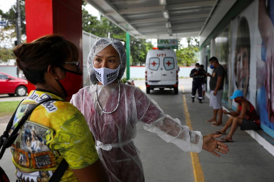 Vicelonia Albuquerque Martins und Vanda bringen den erkrankten Vicente Piratapuia zum Krankenhaus.