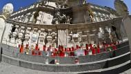 Anteilnahme in Krisenzeiten: Kerzen an der Pestsäule in Wien