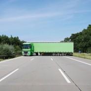 Ein LKW steht quer auf der A2.