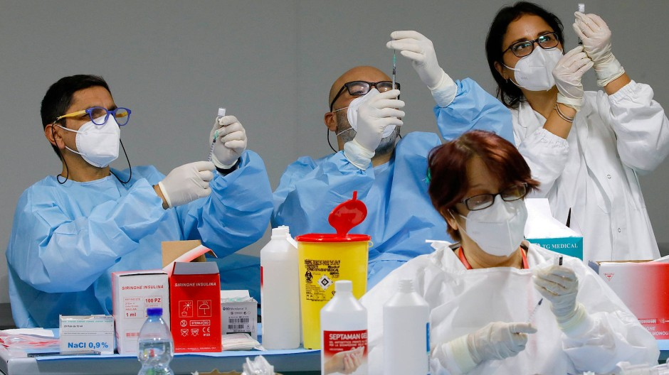 Medizinisches Personal bei der Vorbereitung von Corona-Impfungen am 8. Januar in Neapel